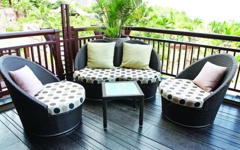 Плетеная мебель с мягкими сидениями