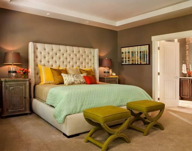 Мягкие пуфики в спальне
