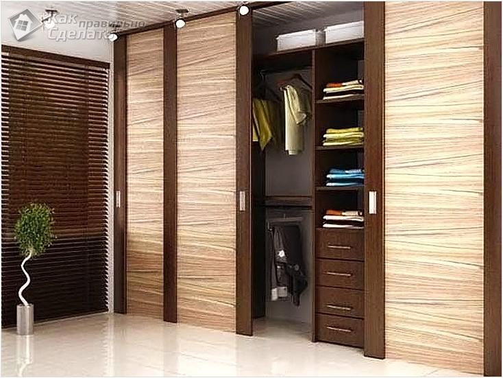 Натуральная деревянная дверь в гардеробную комнату