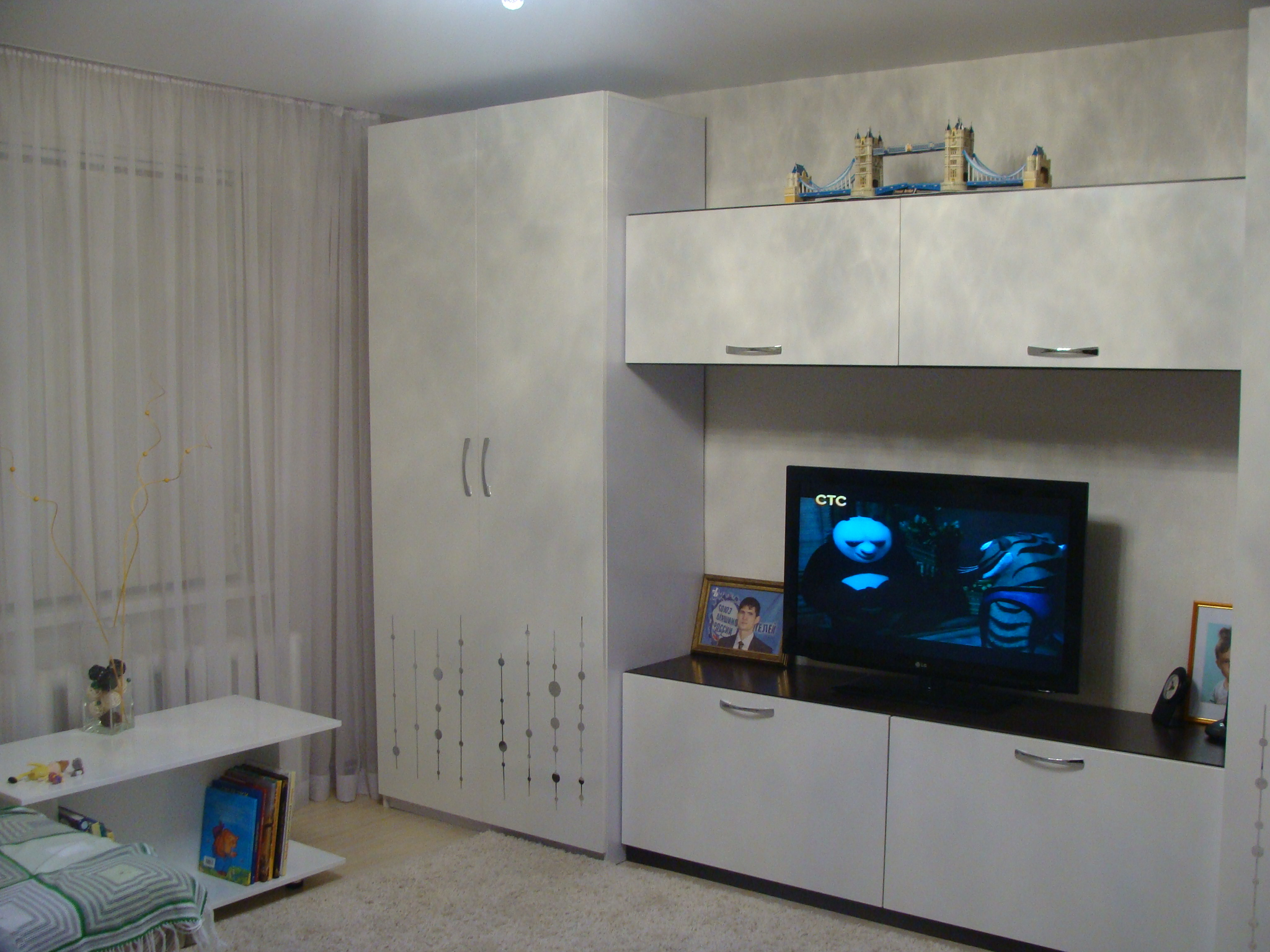 Недорогая белая мебель в гостиной комнате