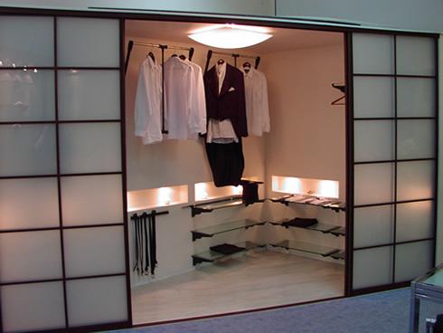 Обустроенная сетчатая гардеробная комната