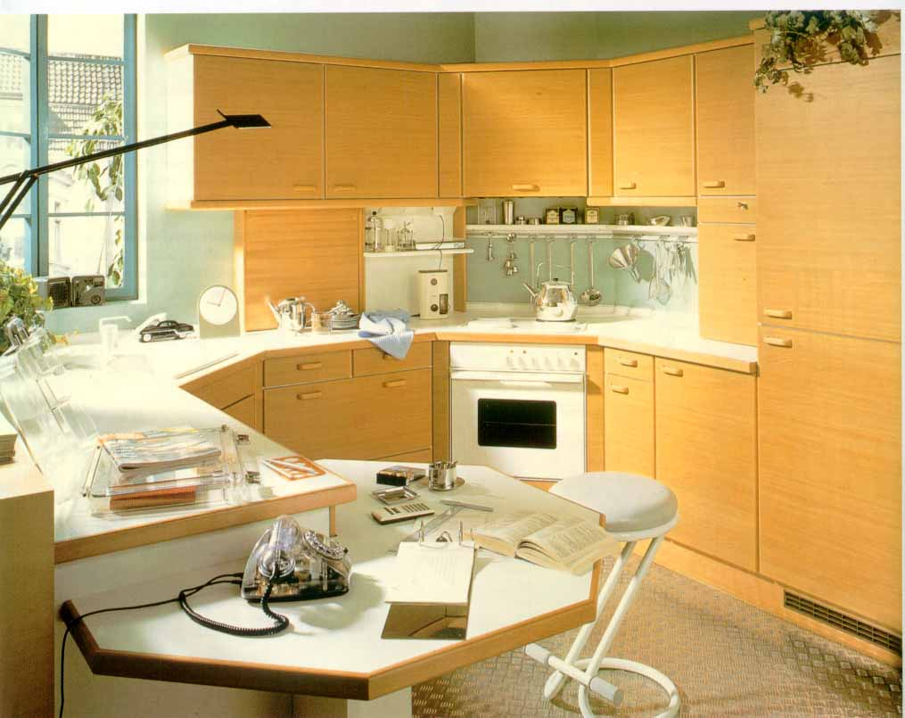 Оранжевая мебель для обустройства кухни в доме