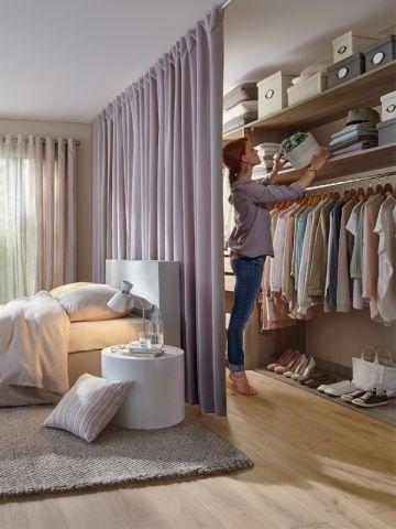 Открытый шкаф для одежды в спальне