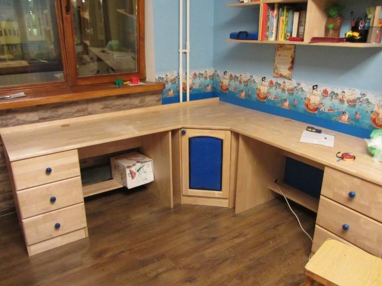 Письменный стол из массива для детской