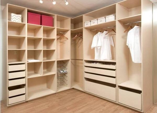 Планировка угловой гардеробной комнаты