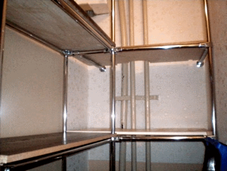 Полки с качественным крелпение в гардеробе
