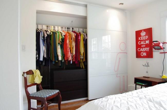 Практичная гардеробная с дверью пеналом