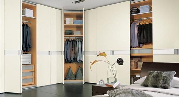 Практичная гардеробная с распашными дверями