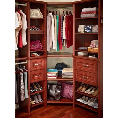 Практичная современная угловая гардеробная в спальне