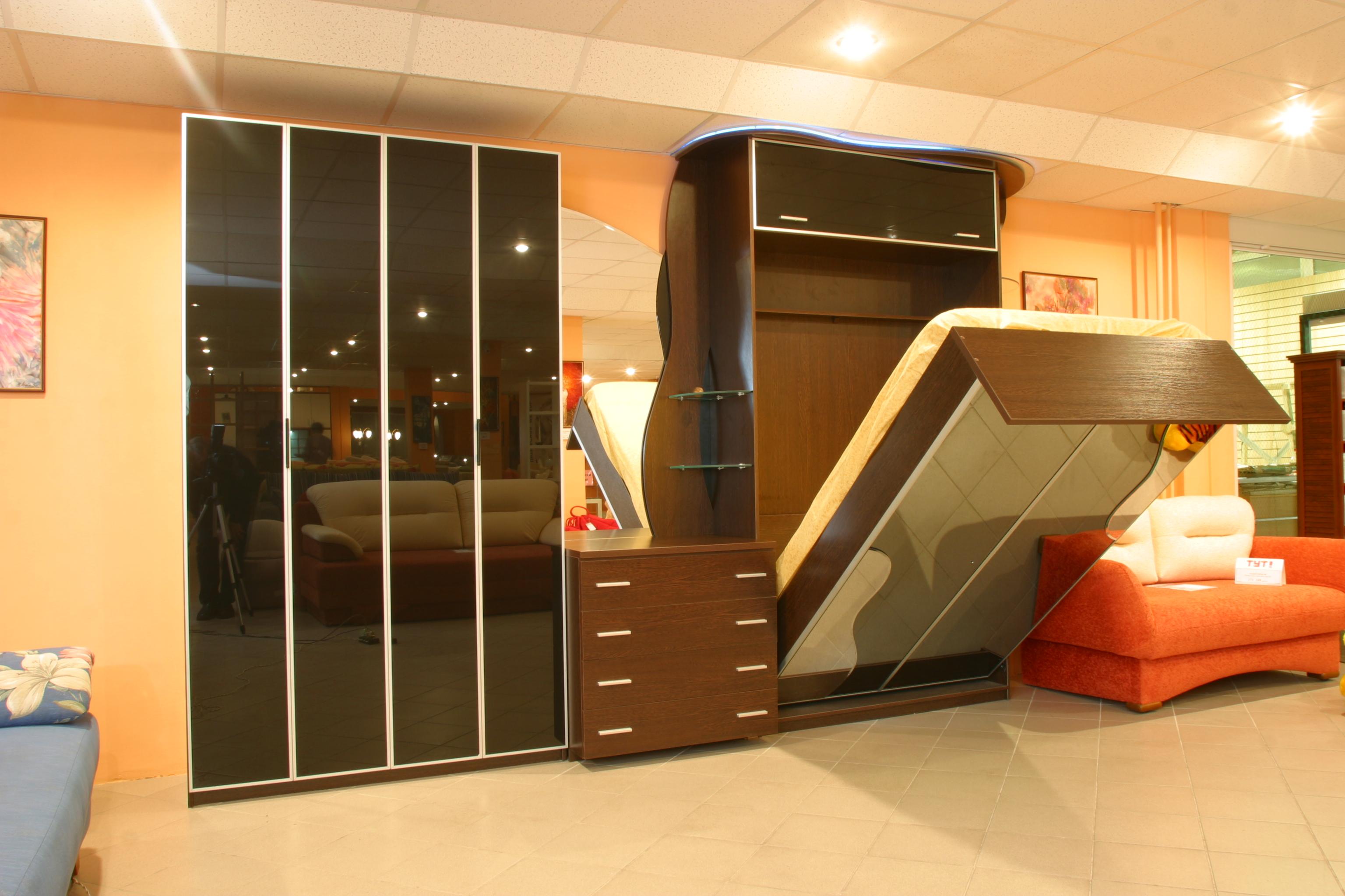 Практичная встроенная мебель трансформер в спальню