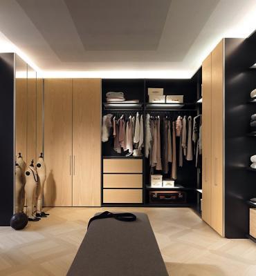 Практичная закрытая гардеробная комната