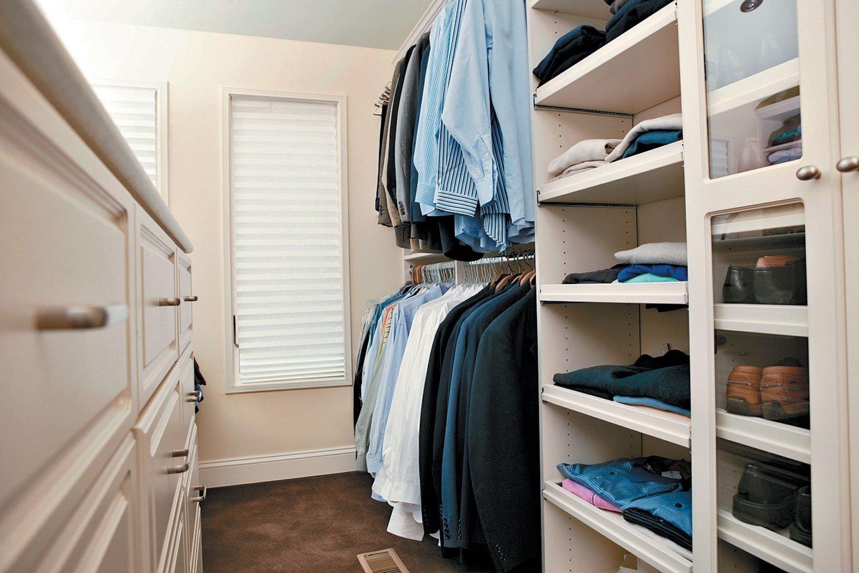 Практичное зонирование гардероба в кладовке