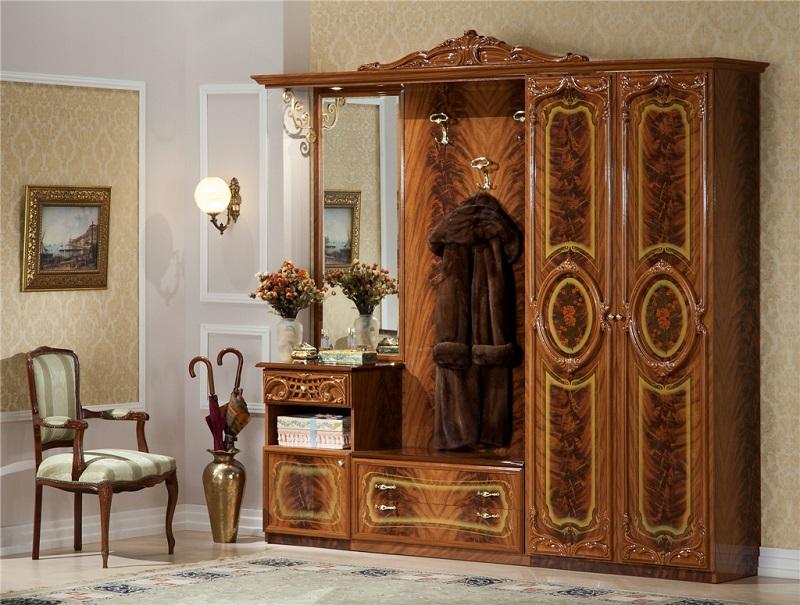 Прихожая с мебелью в классическом стиле