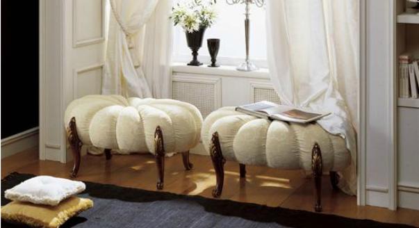 Применение светлой мягкой компактной мебелью в гостиной комнате