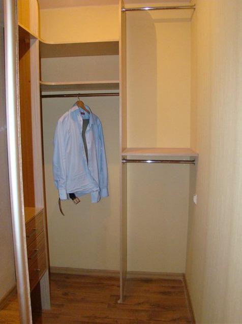 Пример отделки гардеробна в кладовке