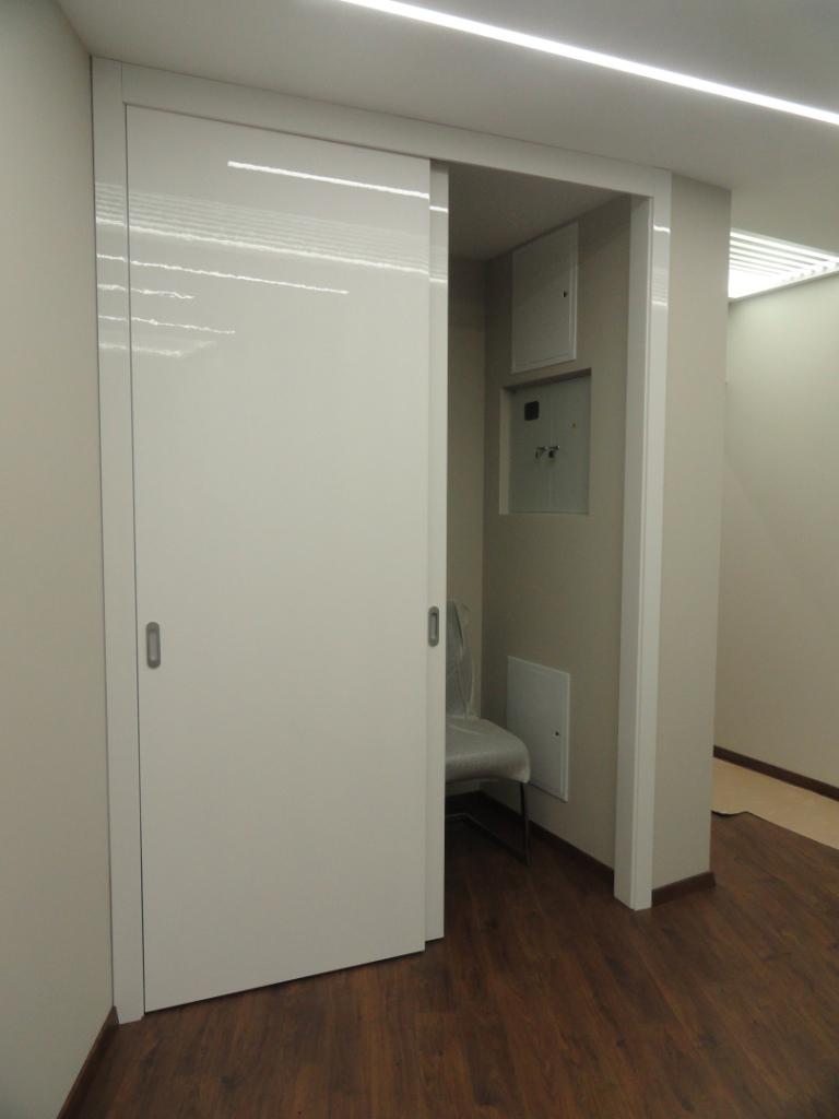 Пример применения двери пенал в гардеробной