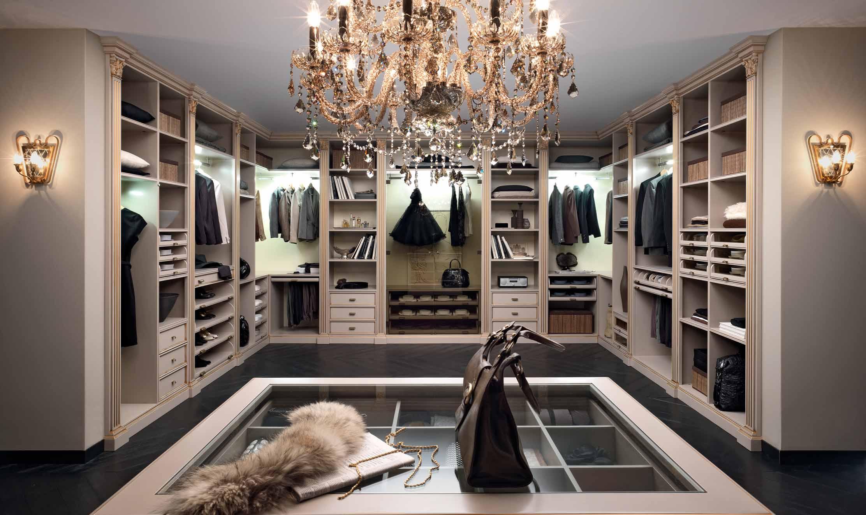 Просторная закрытая гардеробная комната