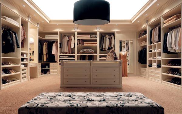 Просторное гардеробное помещение