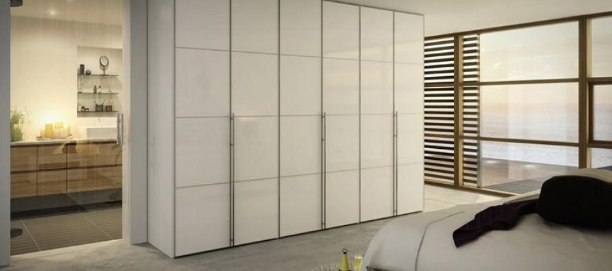 Прямой шкаф для одежды в спальне