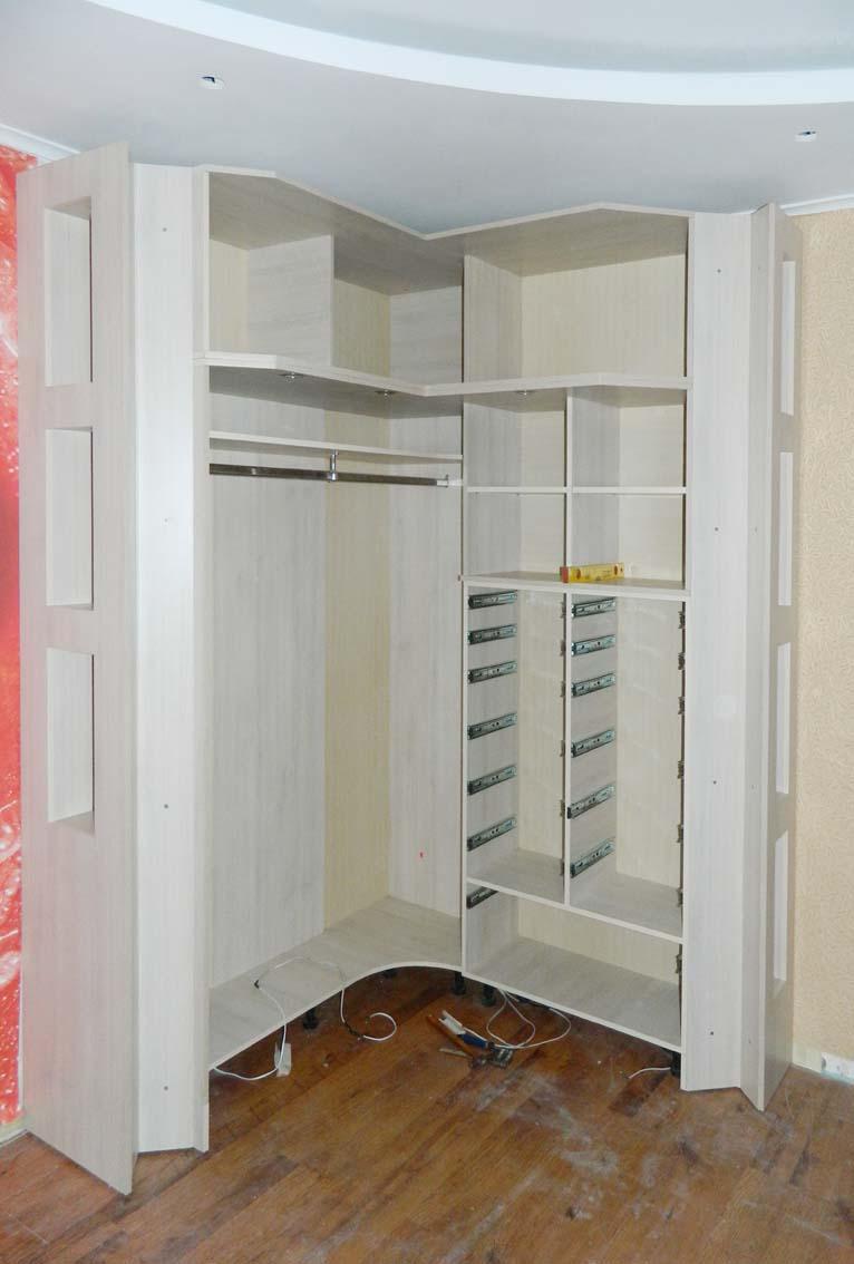 Пятистенная гардеробная для практичного проживания