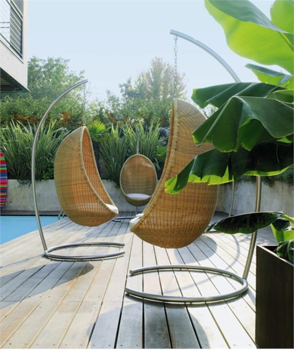 Сад с мебелью из дерева