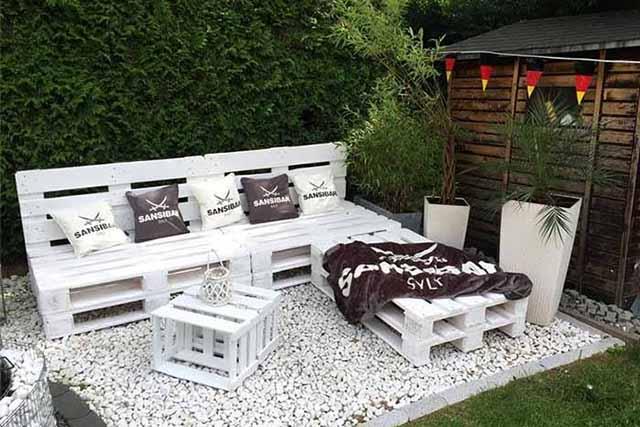 Сад с мебелью из практичных поддонов
