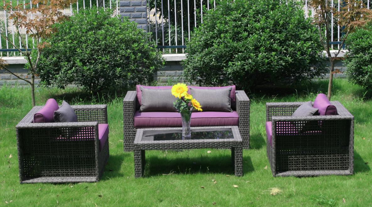 Сад с мебелью, созданной из ротанга
