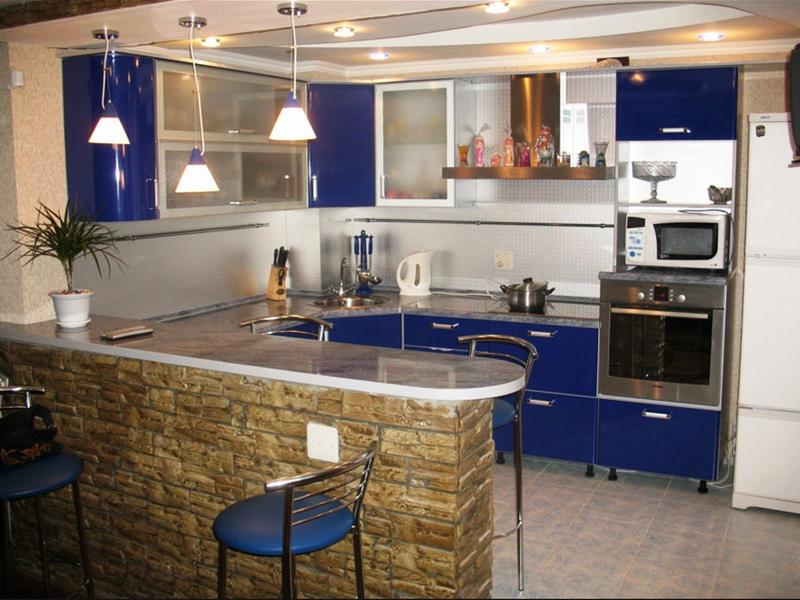 Синяя мебель для обустройства кухни в доме