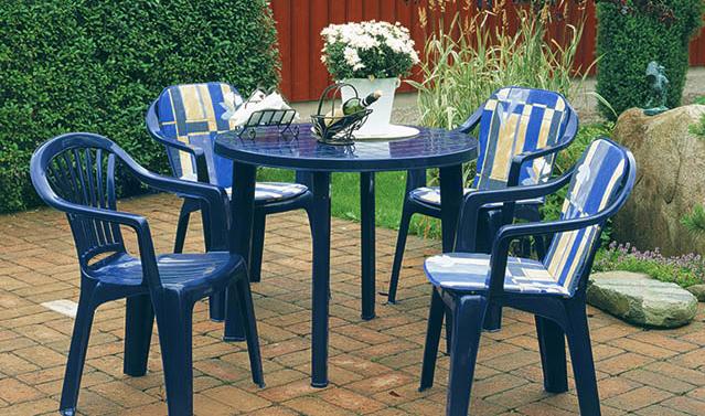 Синяя пластиковая мебель для сада