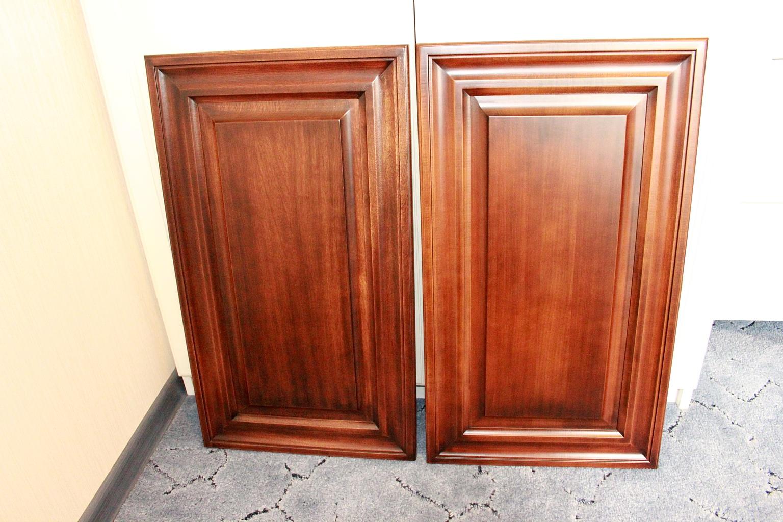 Снимаются старые дверцы шкафа