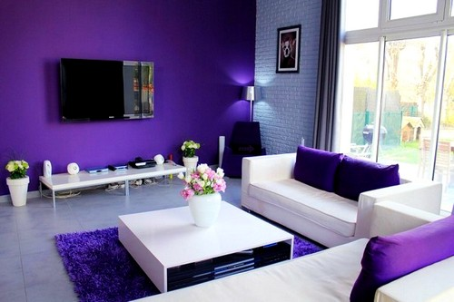 Современная белая мебель в гостиной комнате