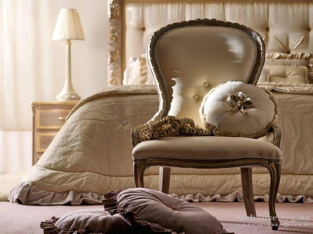 Стильная мягкая мебель в спальне