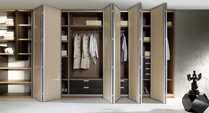 Стильная закрытая гардеробная комната