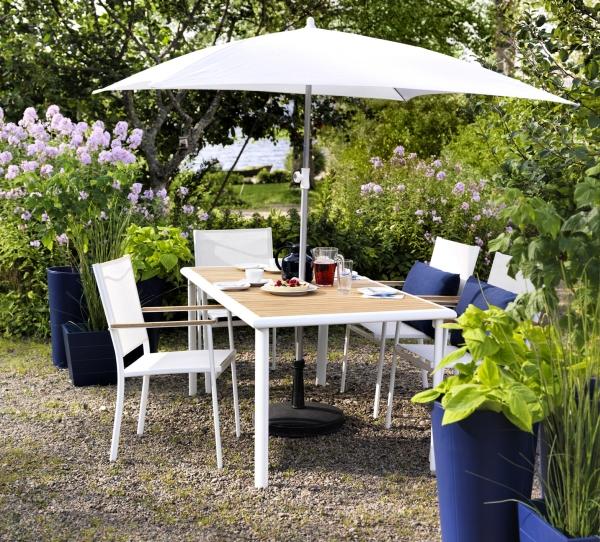 Светлая мебель на основе пластика для сада