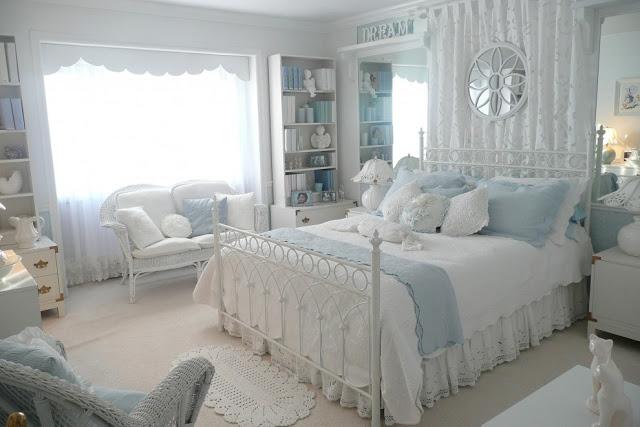 Светлый интерьер комнаты в доме