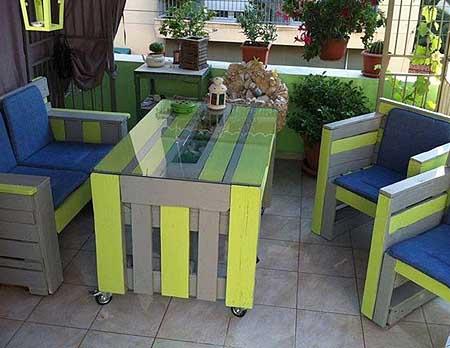 Цветная садовая мебель из поддонов