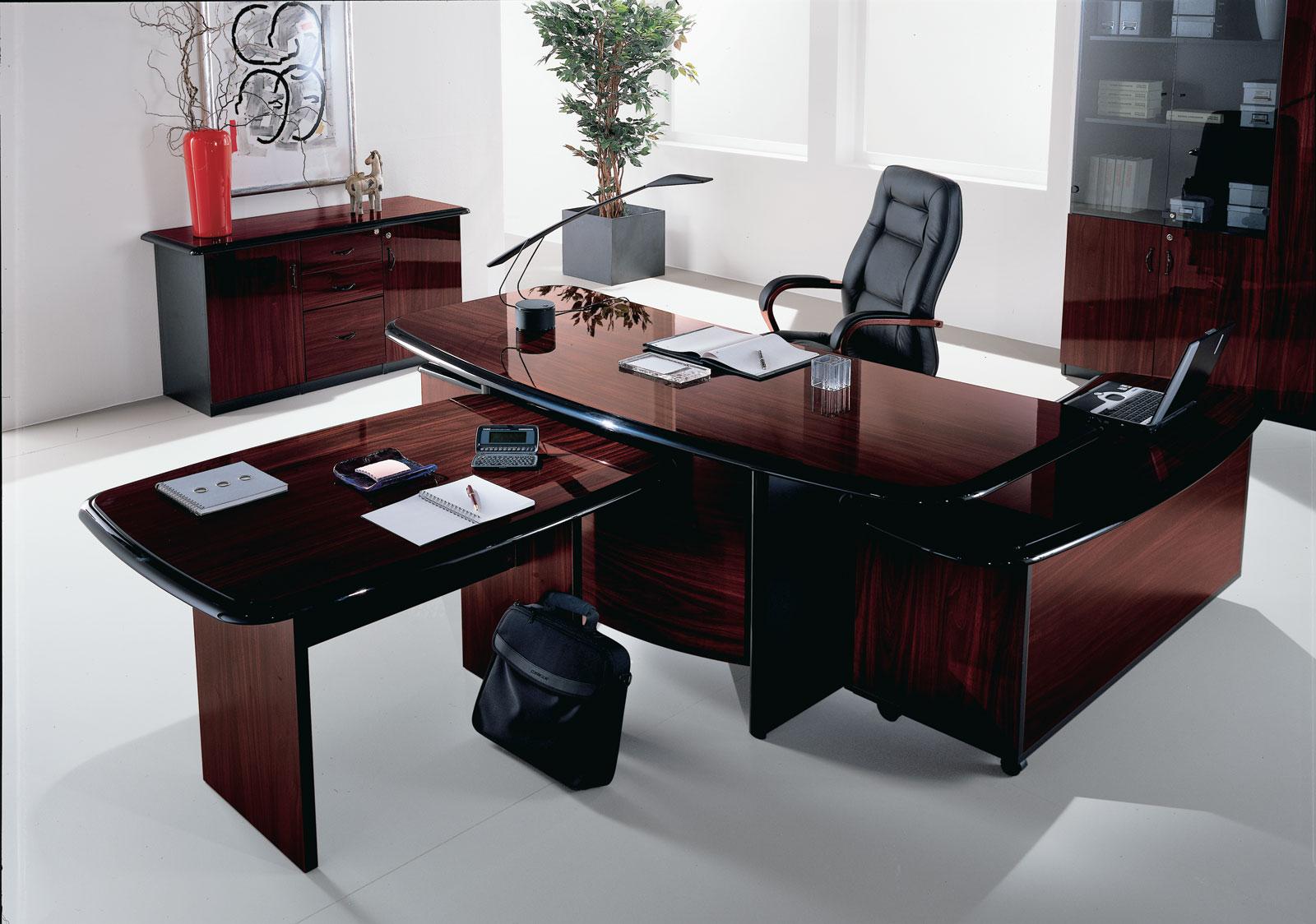 Темная мебель в офис