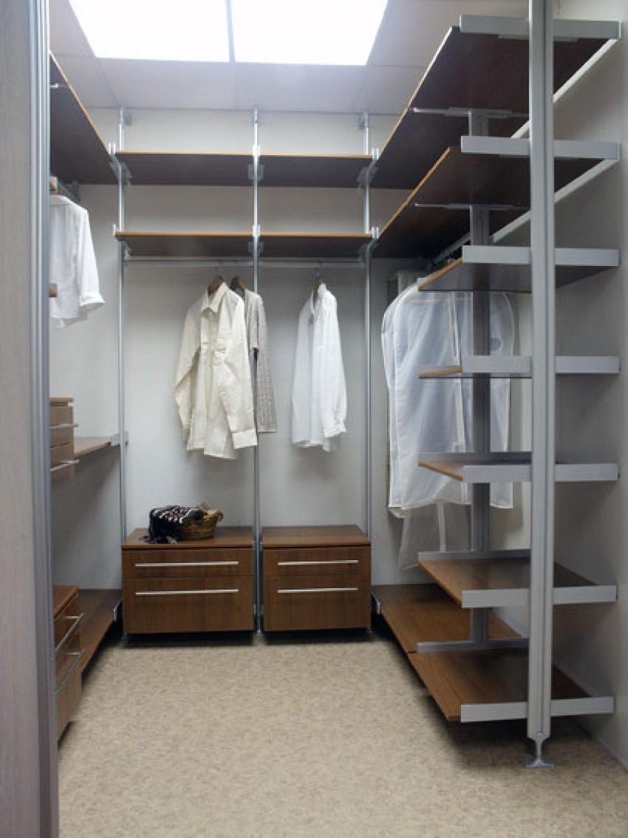 Темная отделка гардероба в кладовке