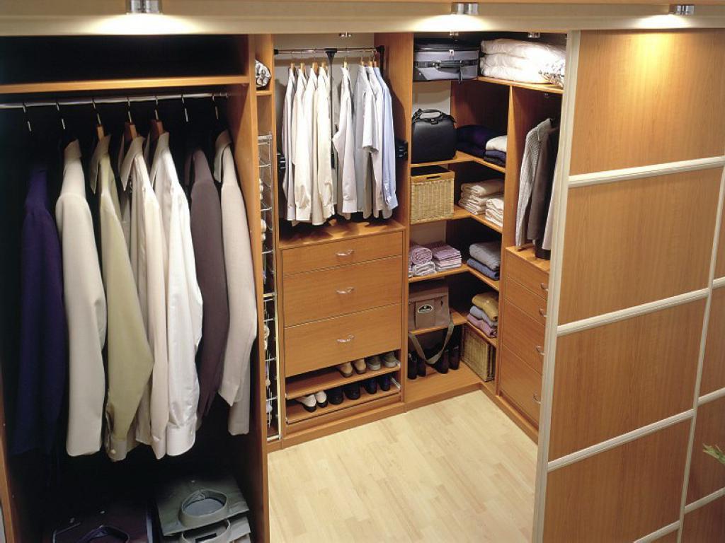 Точечное освещение в гардеробной в кладовке
