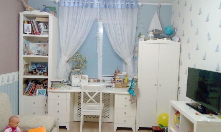 Удобная белая мебель для детской комнаты