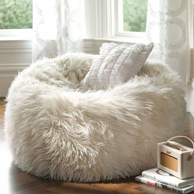 Удобная мягкая мебель в спальне