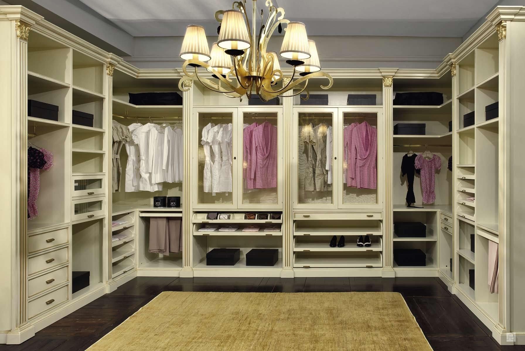 Удобная открытая гардеробная комната