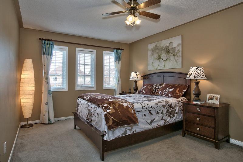 Удобное и практичное симметричное расположение мебели в спальне