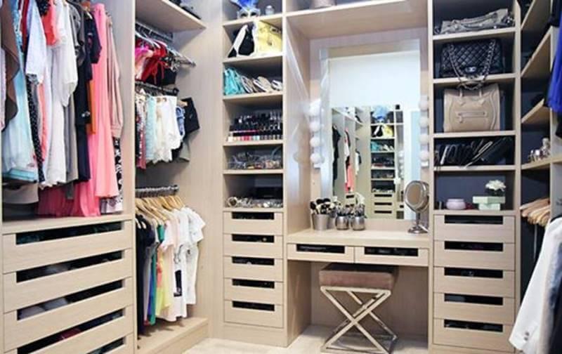 Удобное и современное гардеробное помещение