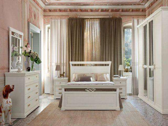 Удобное симметричное расположение мебели в спальне