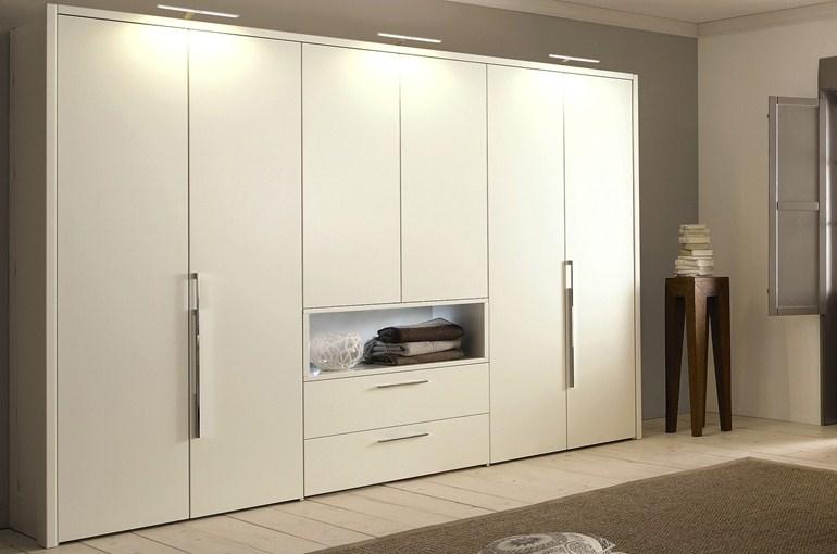 Удобный шкаф для одежды в спальне