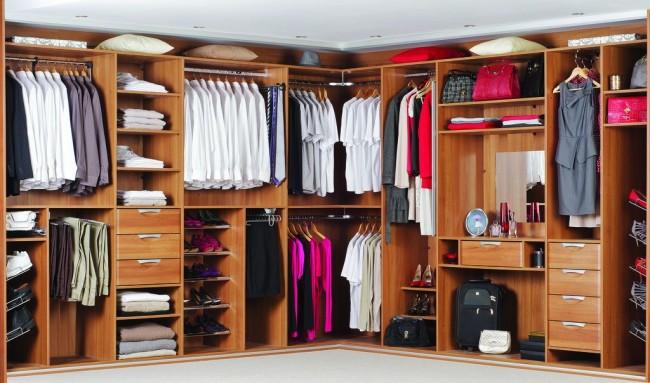 Угловая гардеробная комната с корпусными стеллажами