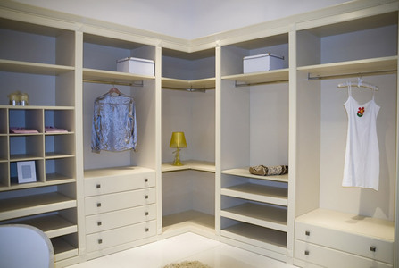 Угловая гардеробная комната с выкатными ящиками