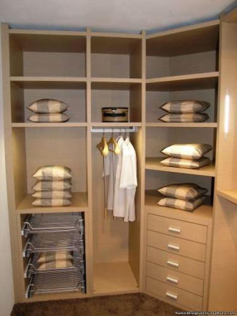 Угловая красивая гардеробная в спальне