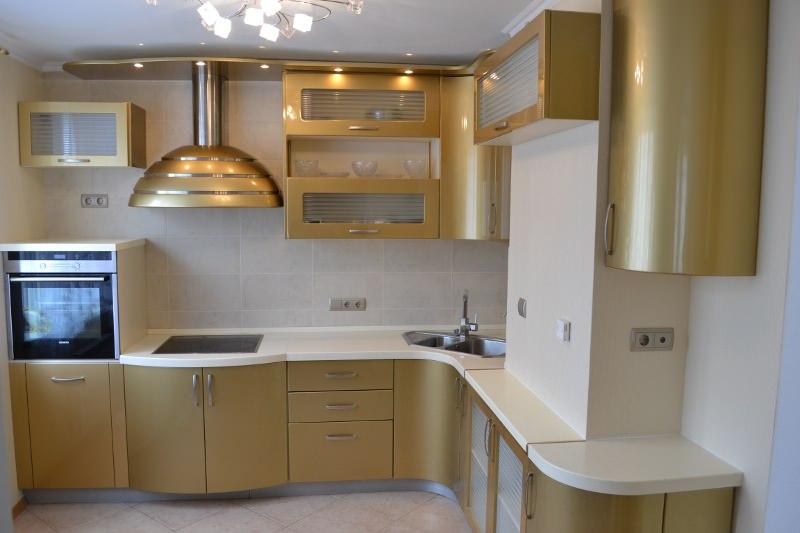 Угловая кухня с фасадом с филенчатой основой
